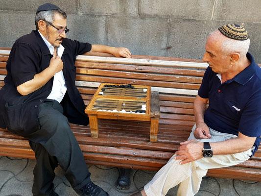 """Brettspiel """"Backgammon"""" vor der Großen Synagoge"""
