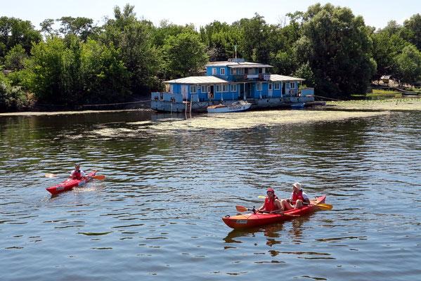 Hausboote und Kajaks auf dem Dnepr