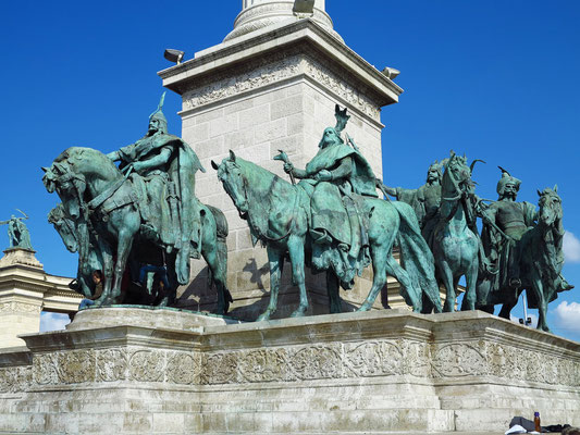 Reiterstatuen zu Füßen des Engels Gabriel