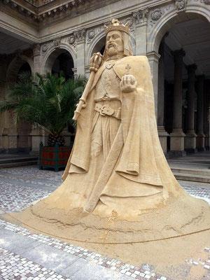 Vřídelní kolonáda, Sandskulptur