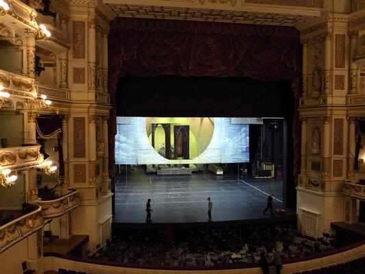 Semperoper, Blick in den Opernsaal und auf die Bühne (Vorbereitung zu Wagners Lohengrin am Abend des 19.5.2016 mit Anna Netrebko als Elsa)