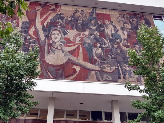 """Kulturpalast (1967-69), großes Wandbild im Stil des Sozialistischen Realismus: """"Der Weg der Roten Fahne"""""""