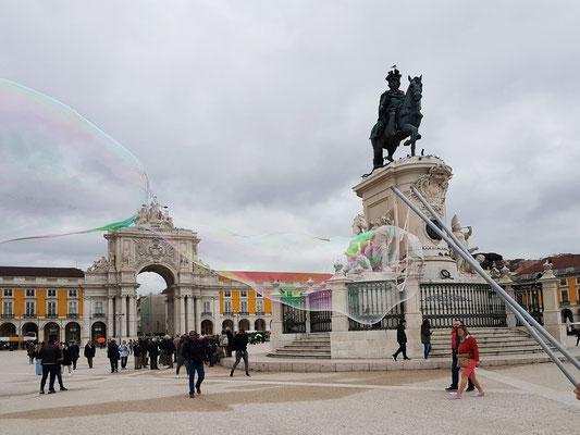 Die Praça do Comércio gehört neben dem Rossio und der Praça da Figueira zu den drei wichtigsten Plätzen innerhalb der Baixa Pombalina, des aufgrund des Erdbebens von 1755 neu gebauten innerstädtischen Bereichs der portugiesischen Hauptstadt