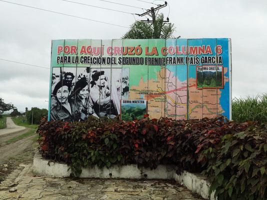 Propagandatafel an der Straße sind typisch für das sozialistische Kuba.