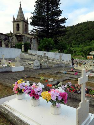 Blick vom Friedhof zur Kirchenruine von Ribeirinha