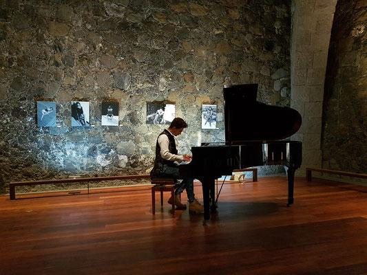 Im Castillo San Felipe, Kunstausstellung mit Gemälden von Carmen Cruz und Skulpturen von Gotzon Cañada