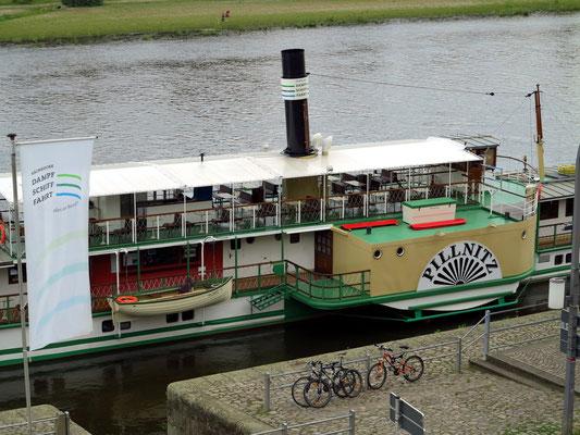 """Die """"Pillnitz"""", ein Schaufelrad-Dampfschiff der  Sächsischen Dampfschifffahrt (auch Weiße Flotte genannt), eins von neun historischen Schaufelraddampfern der ältesten und größten Raddampferflotte der Welt"""
