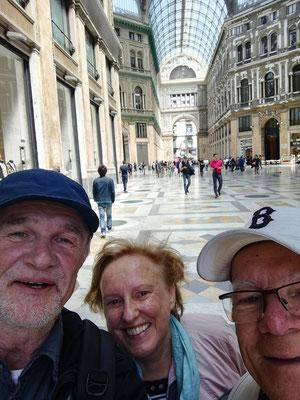 Hartmut, Rosemarie und Frank in der Galleria Umberto I (Selfie von Hartmut Gerloff)
