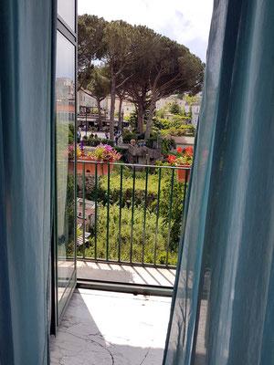 Ravello. B&B Palazzo Della Marra, Blick aus meinem Schlafzimmer zur Piazza Centrale