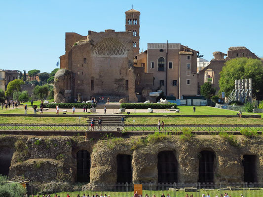 Blick vom Kolosseum auf den Tempel der Venus und der Roma