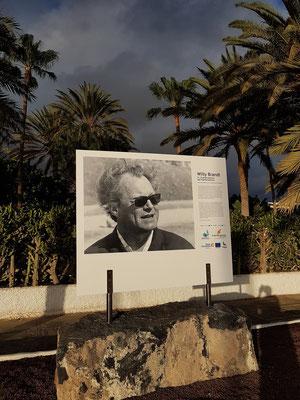 Fototafel mit dem Porträt des ehemaligen deutschen Bundeskanzlers Willy Brandt (Foto von Robert Lebeck) an der Calle Acantilado vor dem Robinson Club Jandía Playa