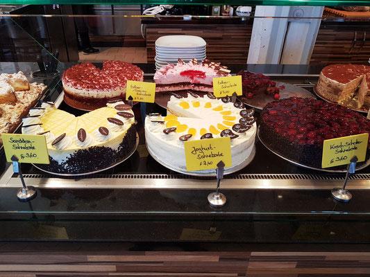 Kuchenauswahl im Café-Gumpfer, neben dem Haupteingang des Ozeaneums