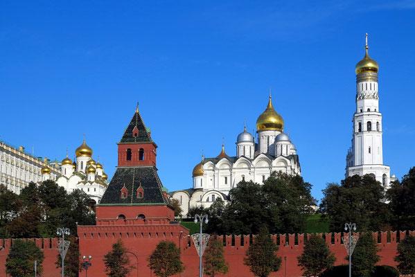 Kreml-Mauer, Mariä-Verkündigungs-Kathedrale, Erzengel-Michael-Kathedrale, Glockenturm Iwan der Große (v.l.n.r)
