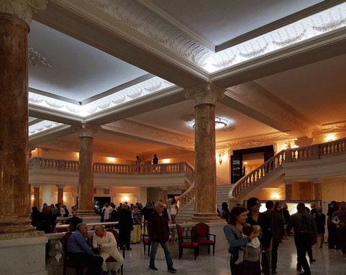 Im Foyer vor der Ballettaufführung