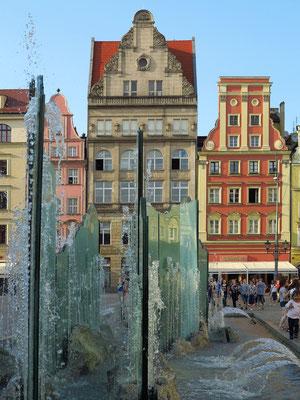 Moderner Brunnen mit Blick auf die Nordseite des Rynek (Fontanna)