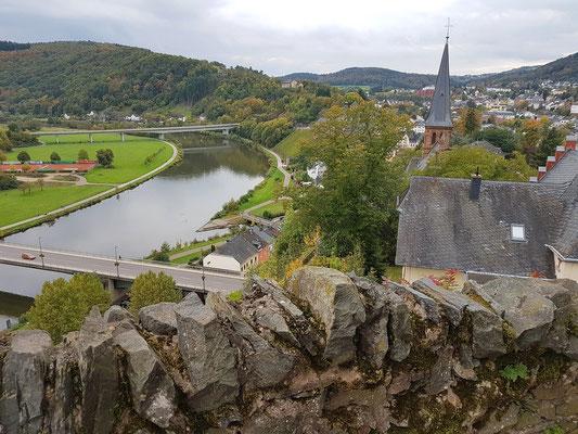 Blick von der Burg nach Westen auf Saarburg und die Saar