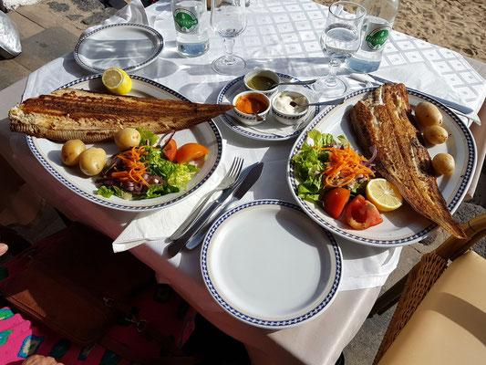 Restaurante Laja de Morrojable, Gegrillte Seezunge (lenguado) mit runzligen Kartoffeln, grüner und roter Soße (Papas Arrugadas, Mojo Verde, Mojo rojo)