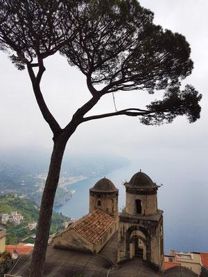 Villa Rufolo. Berühmte Sicht auf die Amalfiküste mit dem Annunziata Historic Building (Chiessa Annunziata), dem Ort für klassische Konzerte der Ravello Concert Society