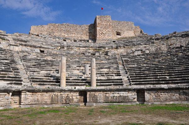 Die in der Mitte des unteren Rangs eingelassenen Säulen trugen eine hölzerne, mit einem Baldachin überdachte Kaiserloge. Zum Schutz an der höchsten Stelle ein Kastell.