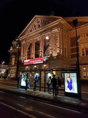 Das Concertgebouw nach dem Volodos-Klavierkonzert, im Vordergrund die Trambahn-Haltestelle Museumplein