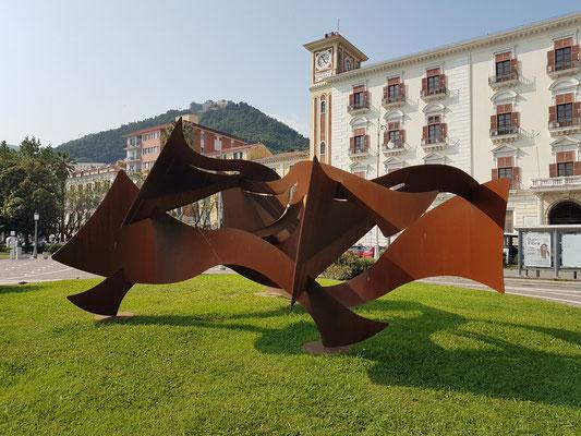 Salerno, Skulptur (Waves/Onde) auf der Piazza Cavour vor dem Gebäude Amministrazione Provinciale Salerno
