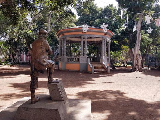 Plaza del Principe. Statue von Don Enrique González Bethencourt (1924-2010), wichtige Persönlichkeit des Karnevals in Santa Cruz