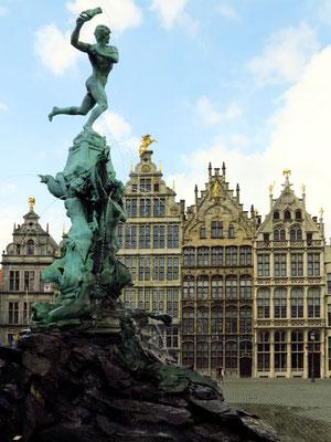 Grote Markt mit Brabobrunnen und Gildehäuser aus dem 16. und 17. Jahrhundert