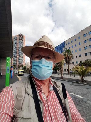 Am Busbahnhof von Santa Cruz Intercambiador. Mundschutzpflicht im öffentlichen Raum wegen der Corona-Pandemie auf Teneriffa
