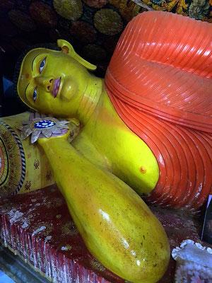Liegender Buddha in der Klosteranlage
