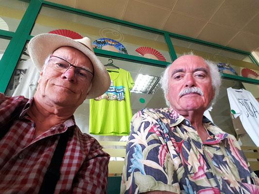 In der Wartehalle des Flughafens Holguín (Aeropuerto Frank País): zwei Kuba-Reisende, mit mehreren Tausend Fotos, mit vielen Erlebnissen und zwei Koffern voller Schmutzwäsche