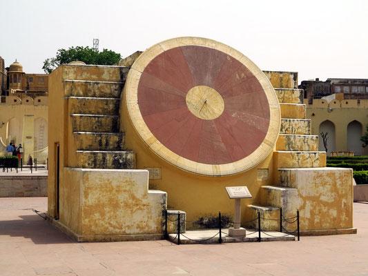 Steinernes Observatorium mit Messinstrumenten aus Sandstein und Marmor