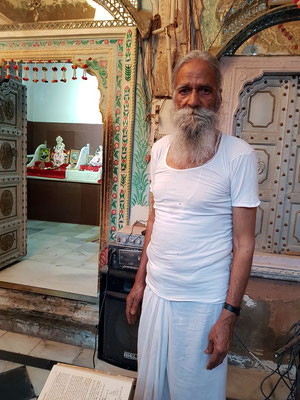 Brahmanen-Priester im Hindutempel Shyam Mandir in Surajgarh (?)