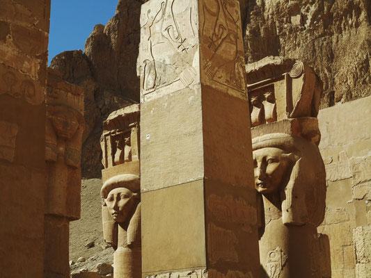Inneres der Hathor-Kapelle. Auf den Hathorkapitellen ein kleiner Schrein als Kopfaufsatz, in dem zwei Uräen dargestellt sind. Die Uräen werden von der Sonnenscheibe gekrönt.
