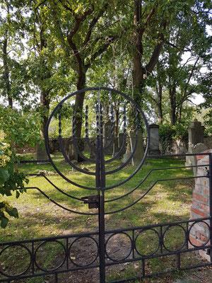 Jüdischer Friedhof in Groß Neuendorf, Eingangstor. Gründung der jüdischen Gemeinde Letschin und Groß Neuendorf im Jahr 1847, Initiator: Michael Sperling, jüdischer Kaufmann
