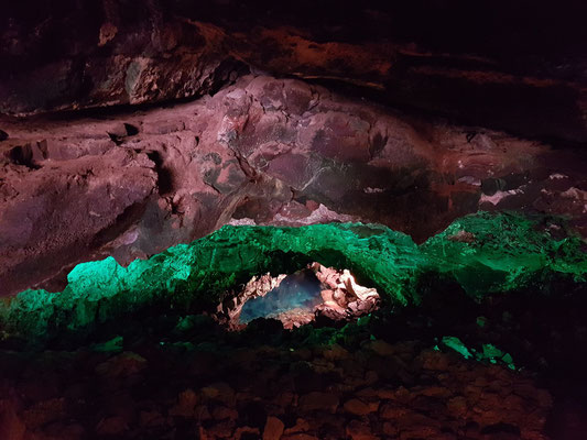 Blick in eine weitere wassergefüllte Höhle von Jameos del Agua