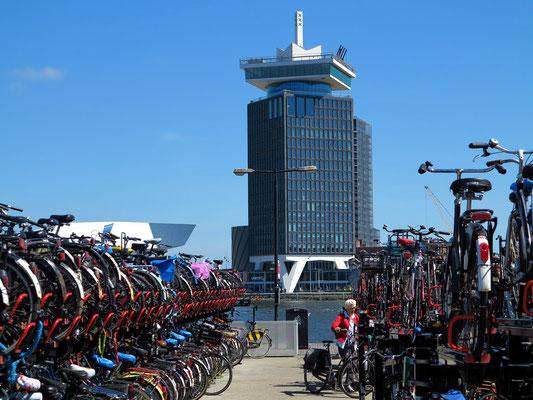 Shell-Tower mit A'DAM Lookout und Fahrradparkhaus der Centraal Station