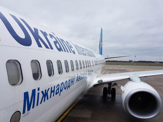 Düsseldorf Flughafen. Einstieg in die Maschine der Ukraine International Airlines (Boeing 737-800) nach Kiew-Borispol