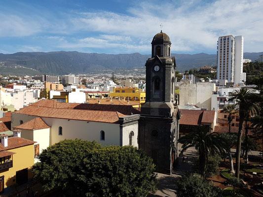 Blick vom Dach des Hotels Marquesa nach SO zur Stadt Puerto de la Cruz (Iglesia de Nuestra Señora de la Peña de Francia)