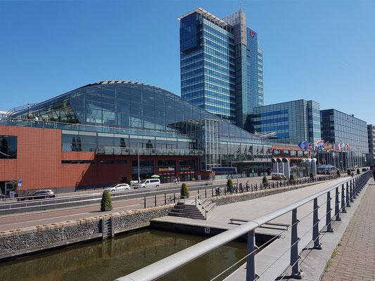 Hafengebäude am Veemkade am Fluss Ij mit Mövenpick Hotel Amsterdam City Centre
