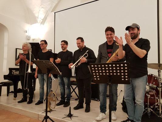 Applaus am Ende des Konzerts. Roberto Schiano, Claudio Filippini, Tommaso Scannapieco, Gianfranco Campagnoli, Daniele Scannapieco, Lorenzo Tucci (v.l.n.r.)