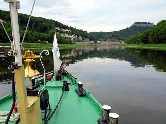 """Blick vom Raddampfer """"Pirna"""" auf Königstein mit seiner Festung"""