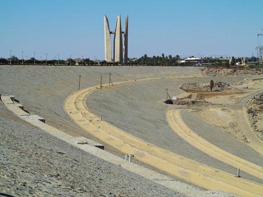 Assuan-Staudamm, Blick nach Westen zum Denkmal für die ägyptisch-russische Freundschaft in der Form der offenen Lotusblume