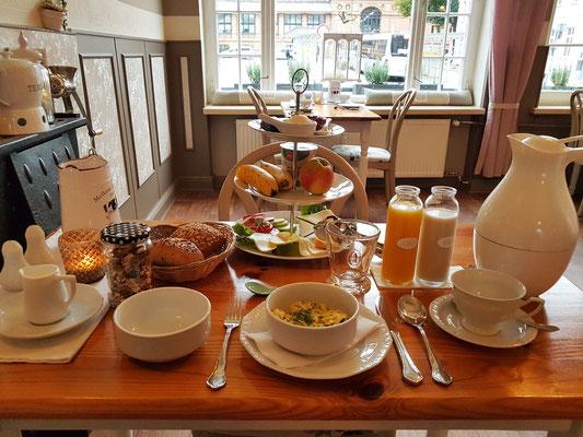 Mein Frühstückstisch am 26.9.20: Rührei mit Kräutern, Müsli, Mehrkornbrötchen, verschiedene Käse mit Tomaten und Gurken, Bananen, Apfel, Joghurt, Quark, Orangensaft, Hafermilch, Kaffee