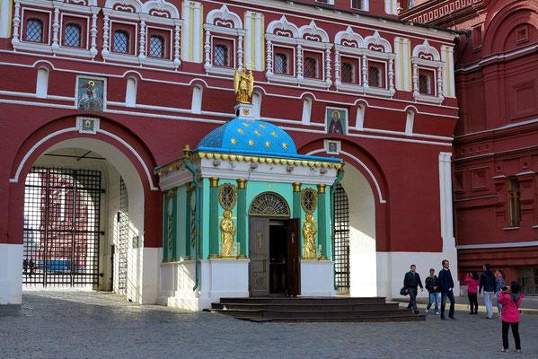 Auferstehungstor mit Iverskaya-Kapelle zwischen ehemaliger Stadtduma (heute Kriegsmuseum von 1812) und Historischem Museum