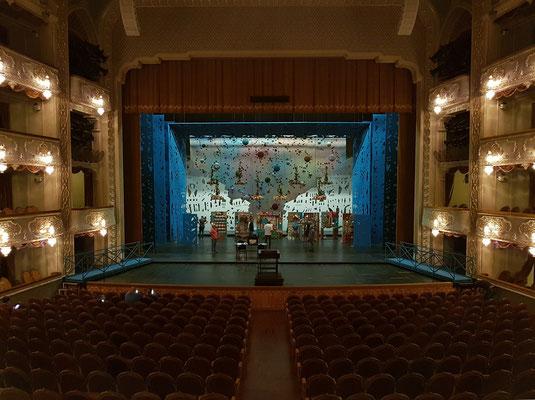 Blick vom hinteren Eingang zum Parkett und zur Bühne