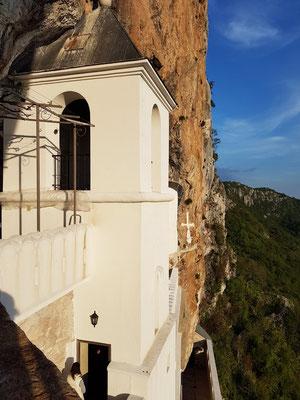 Blick auf die Kirchturmspitze der Heilig-Kreuz-Kirche