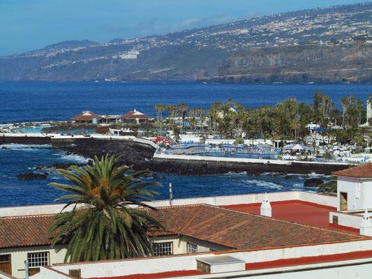 Blick vom Dach des Hotels Marquesa nach NO zur Schwimmanlage Costa Martiánez