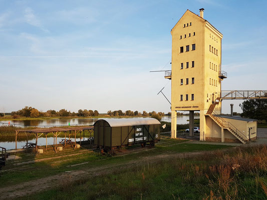 Historischer Verladeturm (heute mit Café und Ferienwohnung) und Ferienwohnung im Bahnwaggon