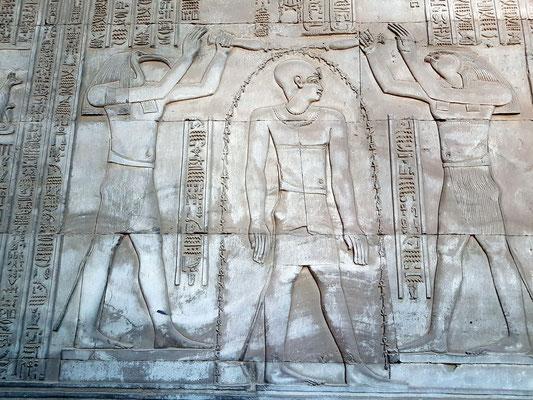 Ibisköpfiger Gott Thot und falkenköpfiger Gott Horus taufen den König.