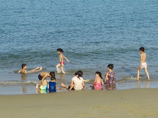 Badespaß am Strand von Yiti